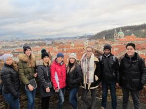 Studenti češtiny pro cizince na lekci v terénu